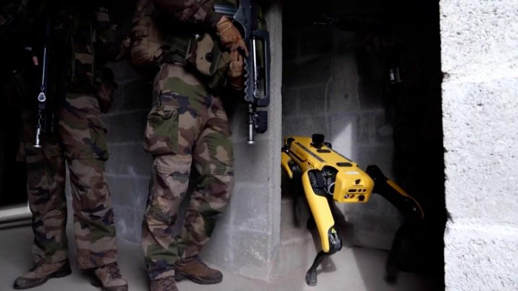 Mira cómo soldados franceses entrenan táctica con robots