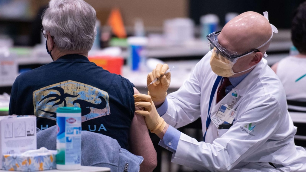 ¿Deberías vacunarte si ya te contagiaste de covid-19?
