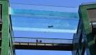 Una piscina transparente, en altura y entre dos edificios