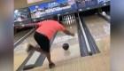 Hombre juega con bola que contiene las cenizas de su padre