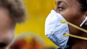 CDC actualizarían guía sobre mascarillas para personas vacunadas