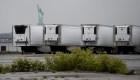 Víctimas de covid-19, aún en camiones refrigerados