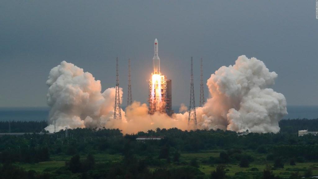 """Caen al océano restos de cohete chino """"fuera de control"""""""