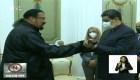 Nicolás Maduro recibe espada samurái de Steven Seagal