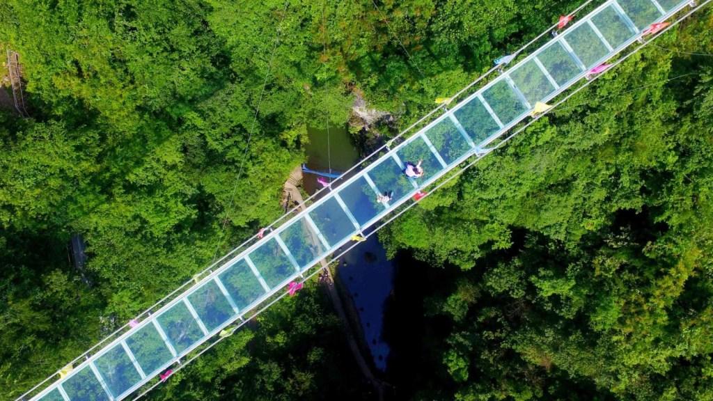 Turista queda colgado de un puente de cristal en China