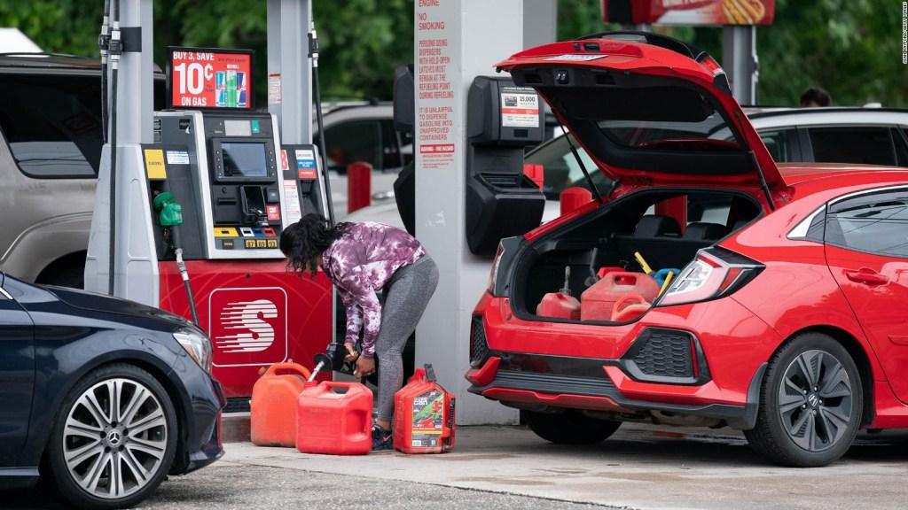 "Echar gasolina ""por si acaso"" crea caos, dice economista"