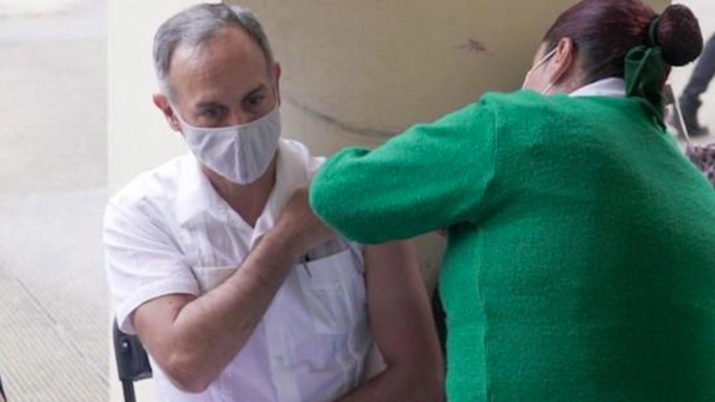 López-Gatell recibe primera vacuna contra el covid-19
