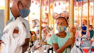 Parques de Disney y Universal relajan uso de mascarilla