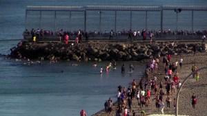 Marroquíes nadan a enclave español del norte de África