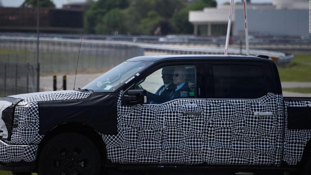 Biden se da gusto probando nueva Ford F-150 eléctrica