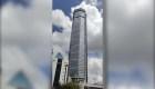 Personas huyen de rascacielos que se tambalea en China
