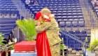 Militar sorprende a su hija en la graduación