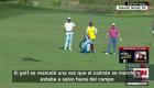 Golfistas tienen que esperar el paso de un caimán para poder jugar