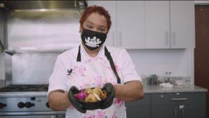 Esta chef ofrece comida a personas en riesgo