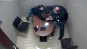 Hombre acusado de asesinato toma el arma de la policía que lo interrogaba
