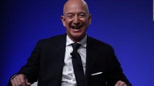 Miles piden que Jeff Bezos se quede en el espacio