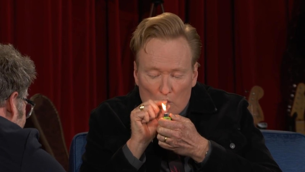 Conan O'Brien fuma marihuana en televisión