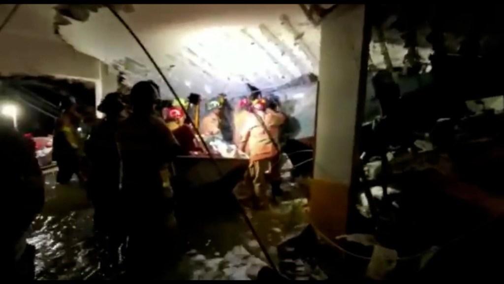 Entre agua y escombros, el trabajo de los bomberos en Miami