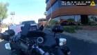 El momento en que automovilista atropella a un policía