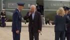 Mira cómo Biden se sacude una cigarra del cuello