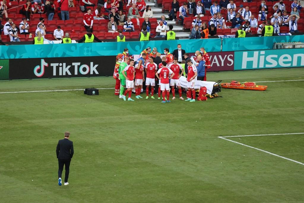 El futbolista danés Christian Eriksen colapsó durante partido de la Euro 2020