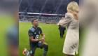 Futbolista propone matrimonio en medio del estadio