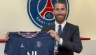 Un feliz y renovado Sergio Ramos llega a París