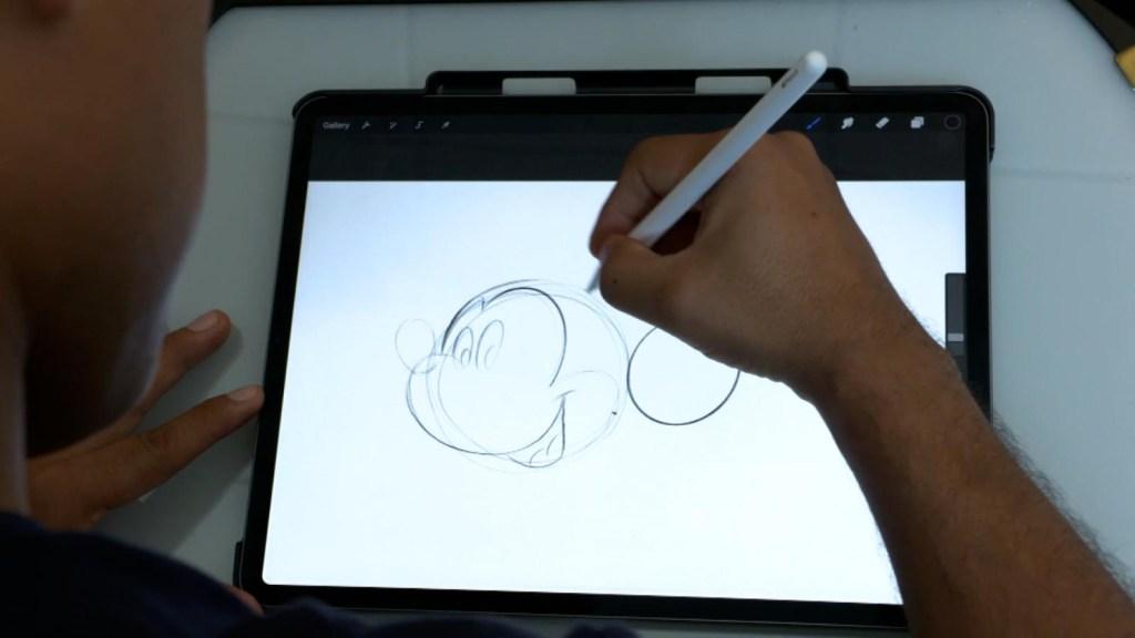 Diseñador cumple su sueño de trabajar para Disney