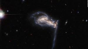 "Así luce un singular sistema de galaxias en ""pelea"""