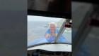 Jay Leno saca la cabeza por nariz de avión en pleno vuelo