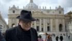 Cardenal antivacunas está internado con un respirador