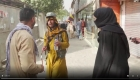 Talibán obliga a reportera de CNN a cubrirse el rostro