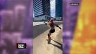 Camarógrafo de Shakira se cae mientras graba a la estrella patinando