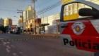 Atan rehenes sobre autos durante un robo en Brasil