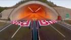 Mira el espectacular vuelo de piloto a través de 2 túneles