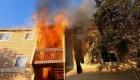Bomberos rescatan a una menor de las llamas