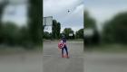 Realiza tiros casi imposibles vestido de superhéroe