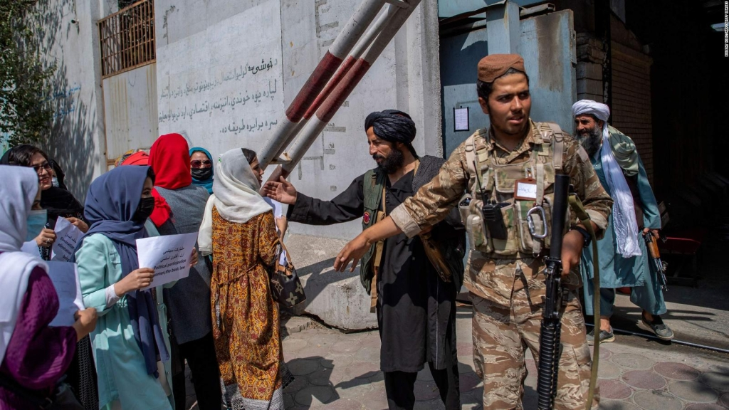Talibanes limitan los trabajos para las mujeres en Kabul
