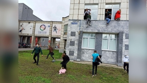 Tiroteo en Rusia: estudiantes escapan saltando por ventanas