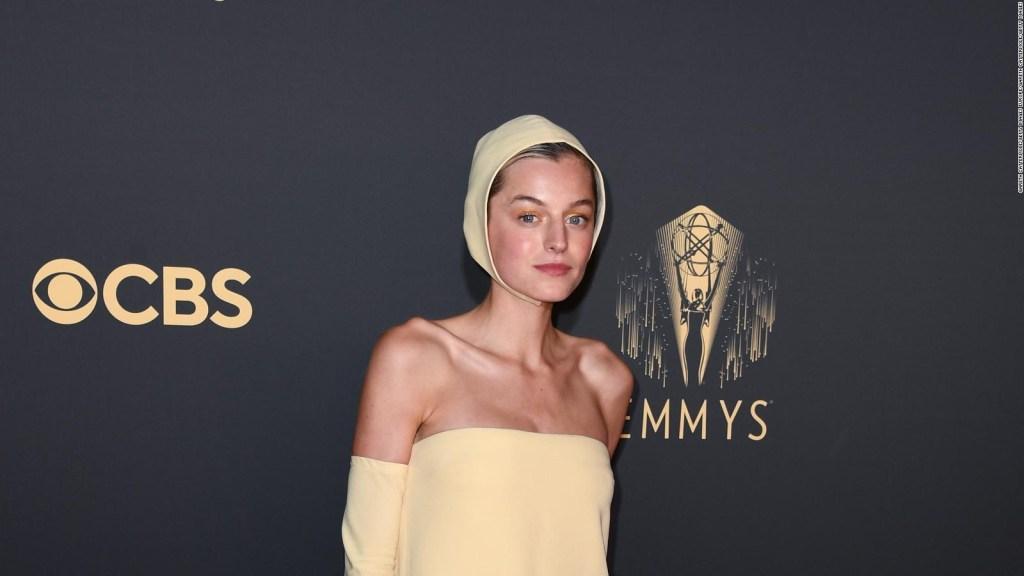 Emma Corrin roba las miradas en la alfombra de los Emmy 2021
