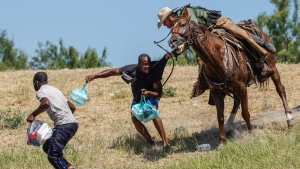 Video capta agentes a caballo enfrentando migrantes