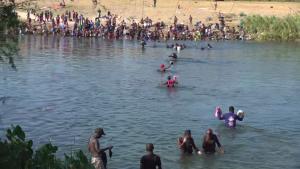 Migrantes bajo el puente en Del Río aguardan trámites