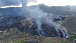 Reyes de España visitan zona afectada por volcán