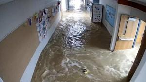 Impresionante inundación repentina en una escuela
