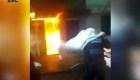 Mira cómo policías rescatan a 2 ancianos de un incendio