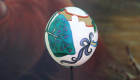 Artista rinde homenaje a médicos con huevos de avestruz