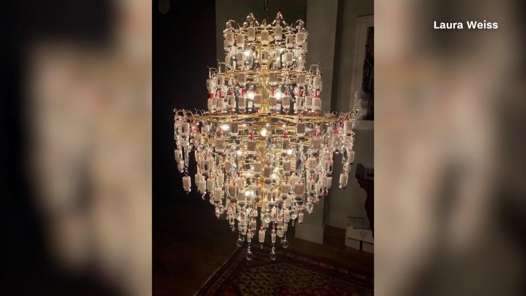 Así se ve una lámpara hecha de frascos de vacunas vacíos