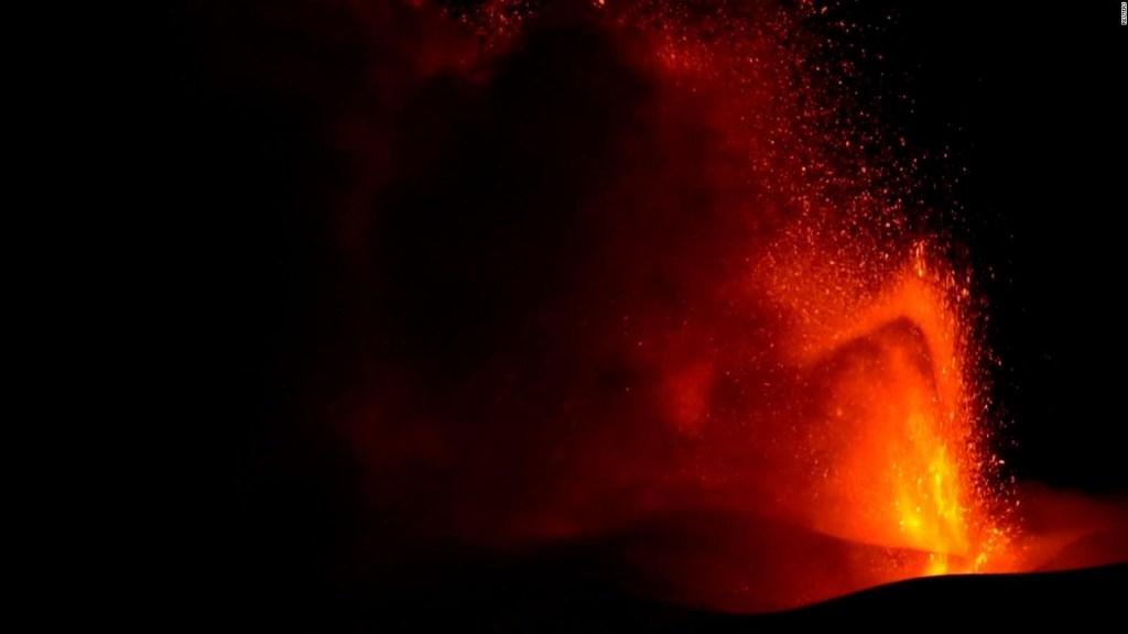 El monte Etna de Italia arroja cenizas y humo