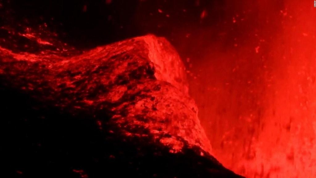 Ola de lava gigante rompe contra el volcán en La Palma