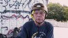 Hombre de 81 años practica skateboarding